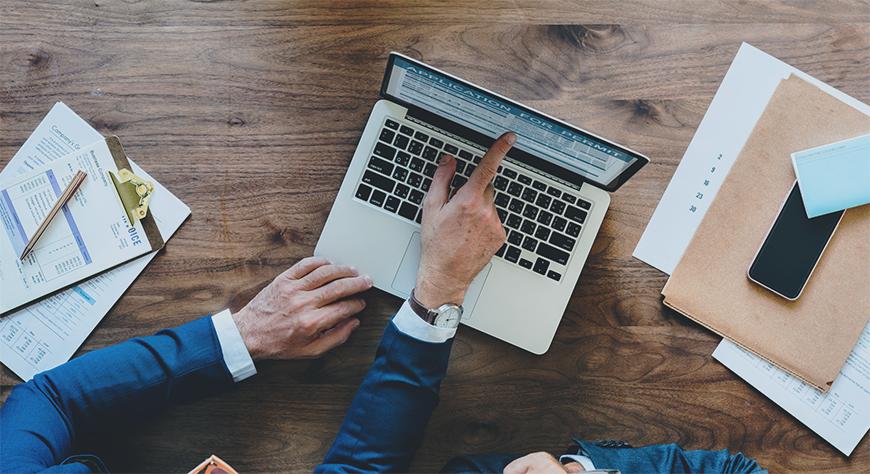 Daglig leder i bedriften setter sammen en rapport som skal leveres til styret i virksomheten