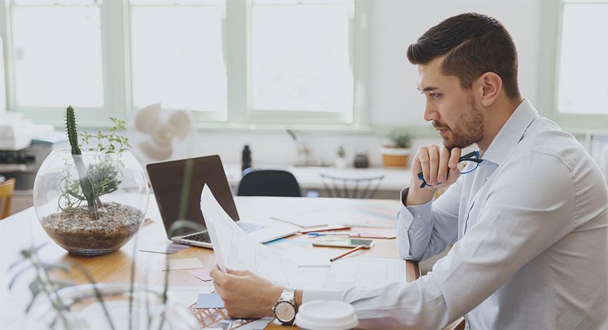 Daglig leder setter sammen rapporten som skal leveres til styret for virksomheten