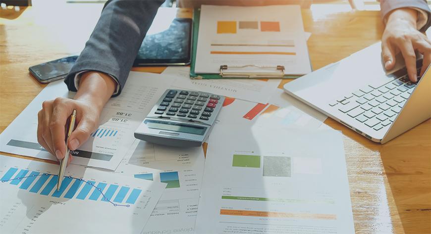 Styremedlem eller eier gjør en grundig gjennomgang av selskapets regnskap