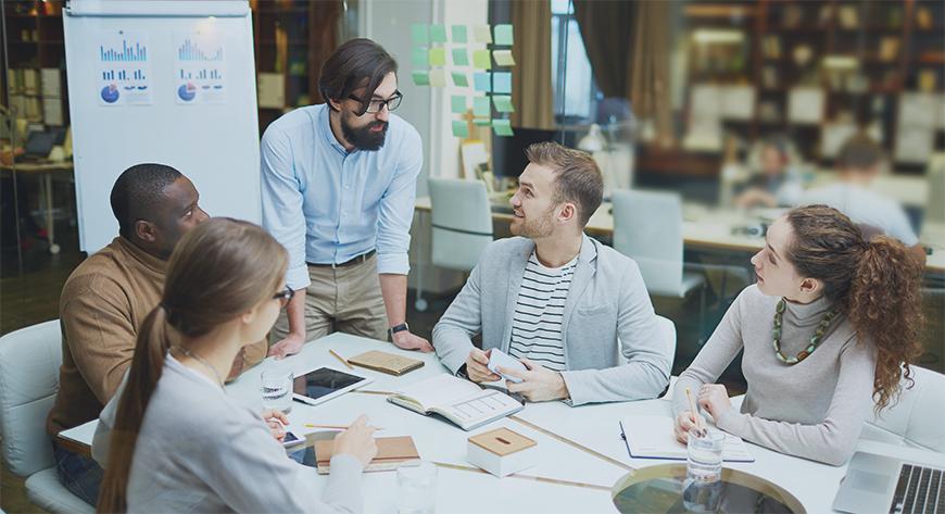 Medarbeidere i et team med et verdiskapende samarbeid som kjennertegnet et godt team