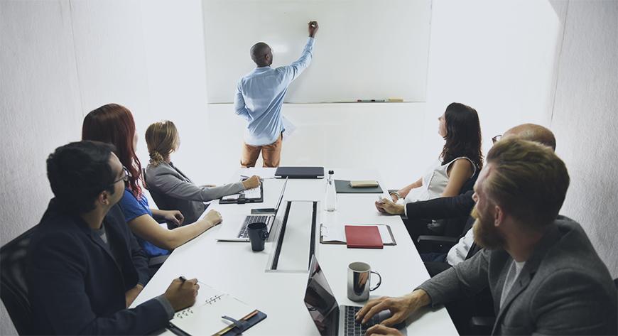 Ledelsen planlegger en strategisk utvikling av virksomheten ved hjelp av forretningsmodellen canvas