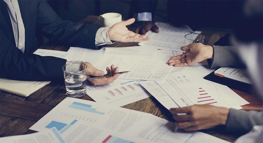 Styrmedlemmer gjør en verdivurdering av selskaper før kjøp, salg og fusjon